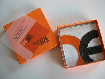 Pisapapeles en vidrio con una representación artística del logotipo